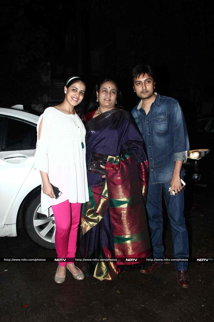 Pregnant Genelia\'s Movie Outing With Riteish, In-Laws