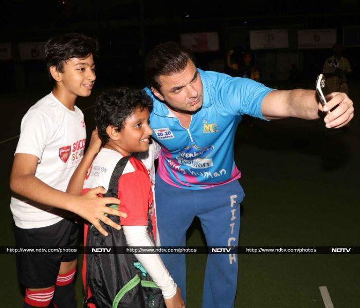 बॉबी देओल और सोहेल खान ने साथ में खेली क्रिकेट
