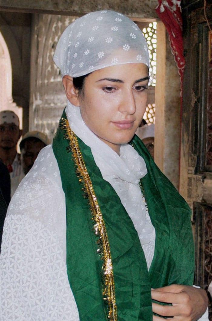 Katrina prays at Salim Chishti\'s shrine