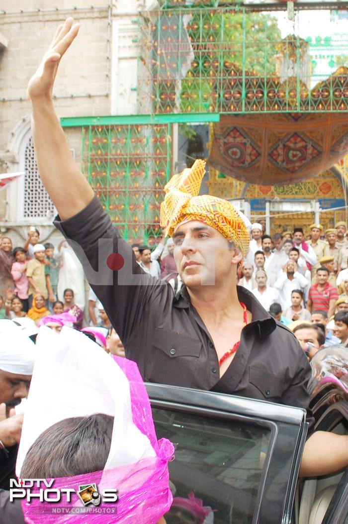 Akshay, Sonakshi pray at Ajmer Sharif Dargah
