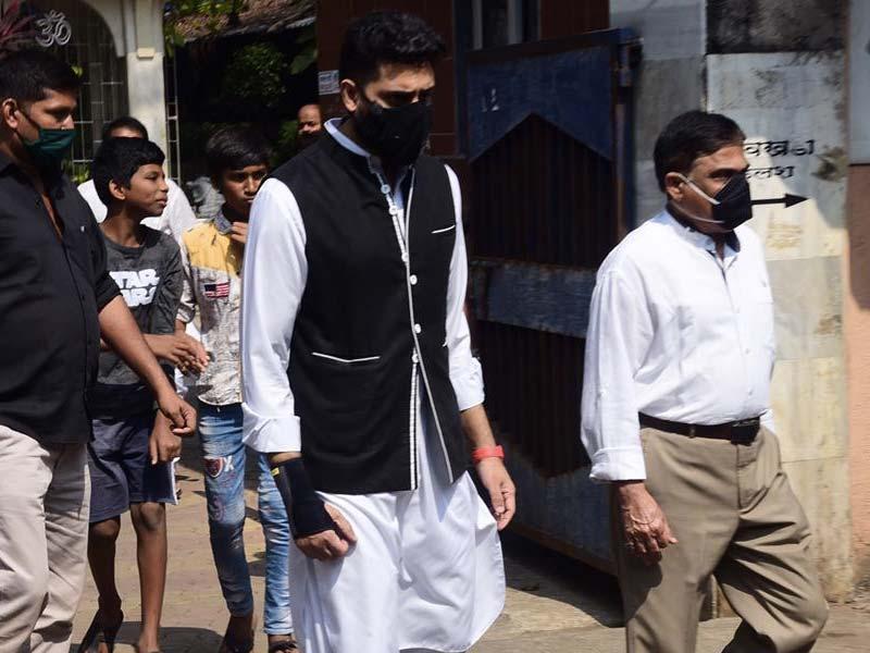 Photo : Abhishek Bachchan At Producer Bunty Walia's Father's Funeral