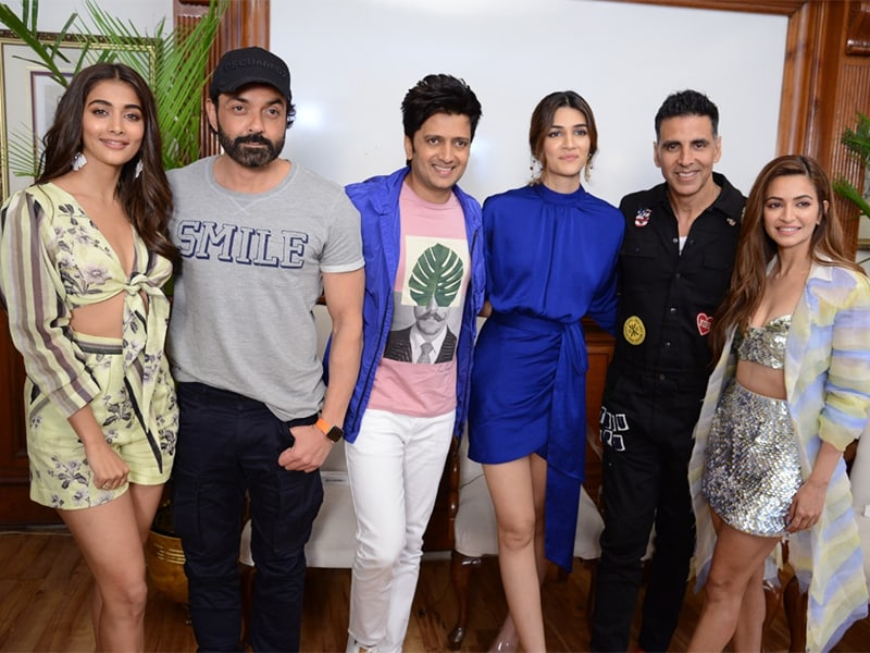 Catching Up With Akshay Kumar, Kriti Sanon And Other Housefull 4 Stars