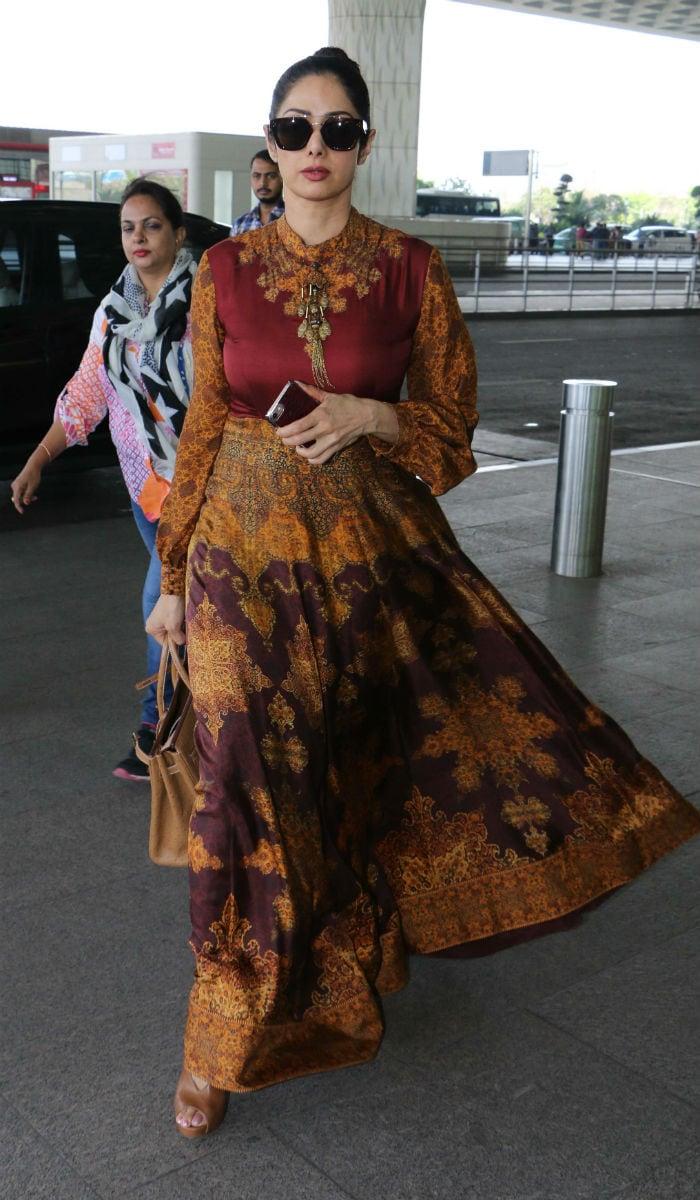 एयरपोर्ट पर श्रीदेवी का <i> हवा हवाई </i> अंदाज