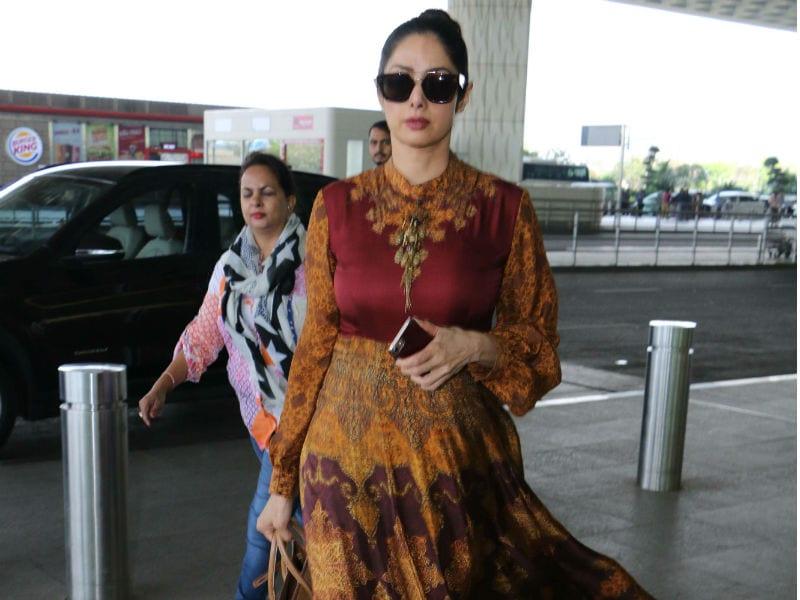 Photo : एयरपोर्ट पर श्रीदेवी का <i> हवा हवाई </i> अंदाज
