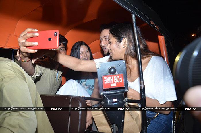 Tiger Shroff\'s Autorickshaw Ride With Sister Krishna Interrupted By Fans