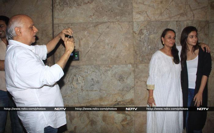 Mahesh Bhatt\'s Family Photo With Alia, Soni Razdan