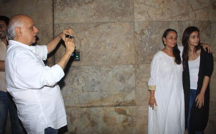 Mahesh Bhatt's Family Photo With Alia, Soni Razdan