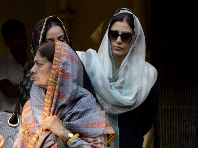 Tabu Attends Dara Singh's Wife's Funeral