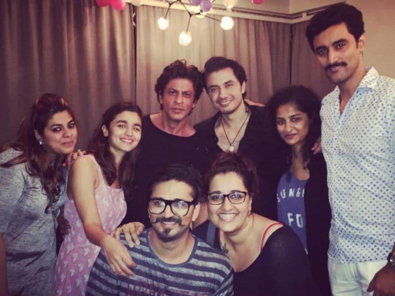 Photo : शाहरुख, आलिया की 'डियर जिंदगी': दोस्तों के साथ की पार्टी