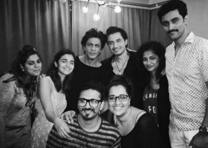 शाहरुख, आलिया की 'डियर जिंदगी': दोस्तों के साथ की पार्टी