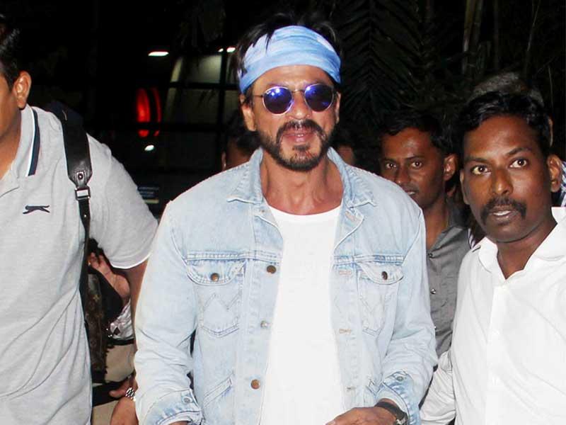Photo : SRK Touches Down in Mumbai Ahead of Gauri's Birthday