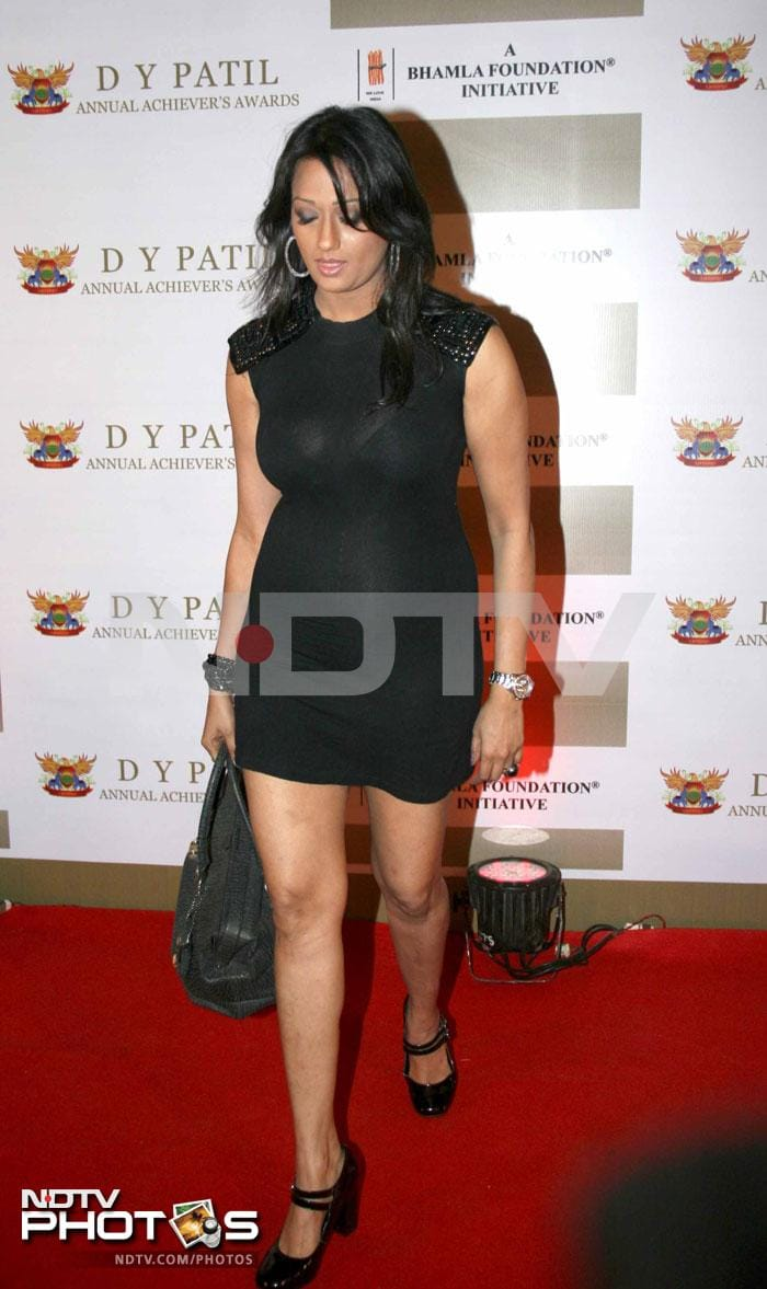 Stars sizzle at DY Patil Annual Achiever\'s Awards 2011