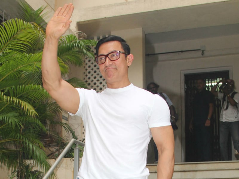 Aamir's Eid Celebrations With Family, Friends and Press