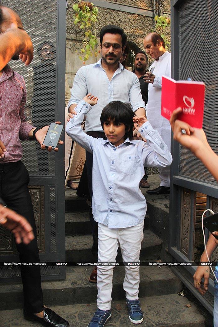 साक्षी भट्ट की सगाई में बेटे के साथ शामिल हुए इमरान हाशमी, देखें Photos