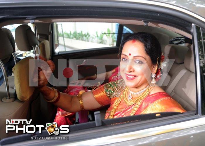 Big B at Esha Deol\'s wedding, Dharmendra completes family portrait