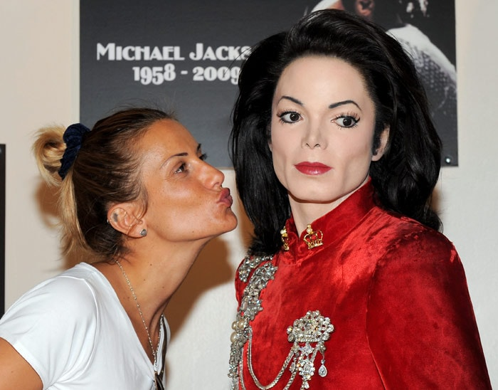 Fans pay tribute to MJ