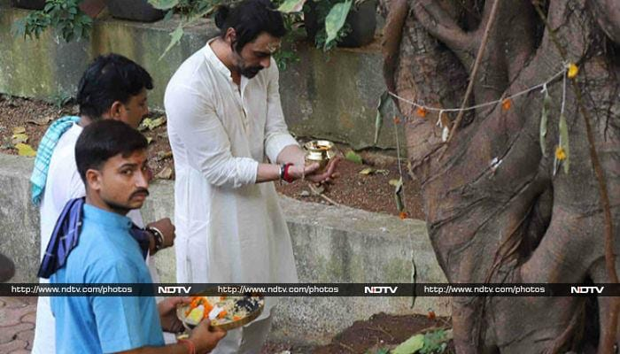 Arjun Rampal Conducts Last Rites of His Mother, Gwen