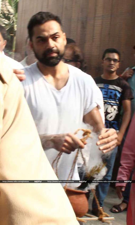 Dharmendra, Abhay Deol Attend Ajit Singh Deol\'s Funeral in Mumbai