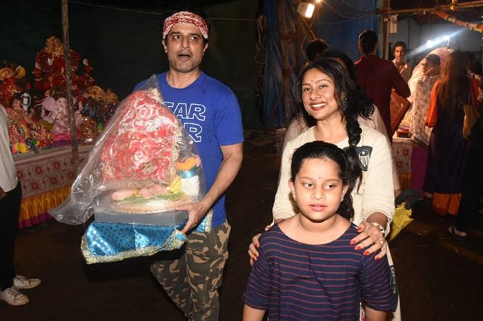 देश में गणेश चतुर्थी की धूम, कई बॉलीवुड सितारों ने भी बप्पा का किया स्वागत
