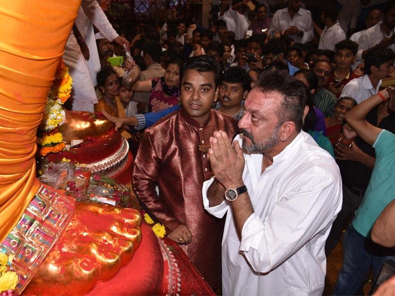 Photo : संजय दत्त और अजय देवगन पहुंचे अंधेरी चा राजा के दर्शन करने