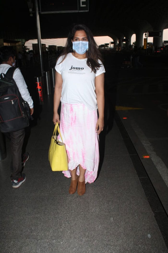 She posed happily for the shutterbugs present at the airport.