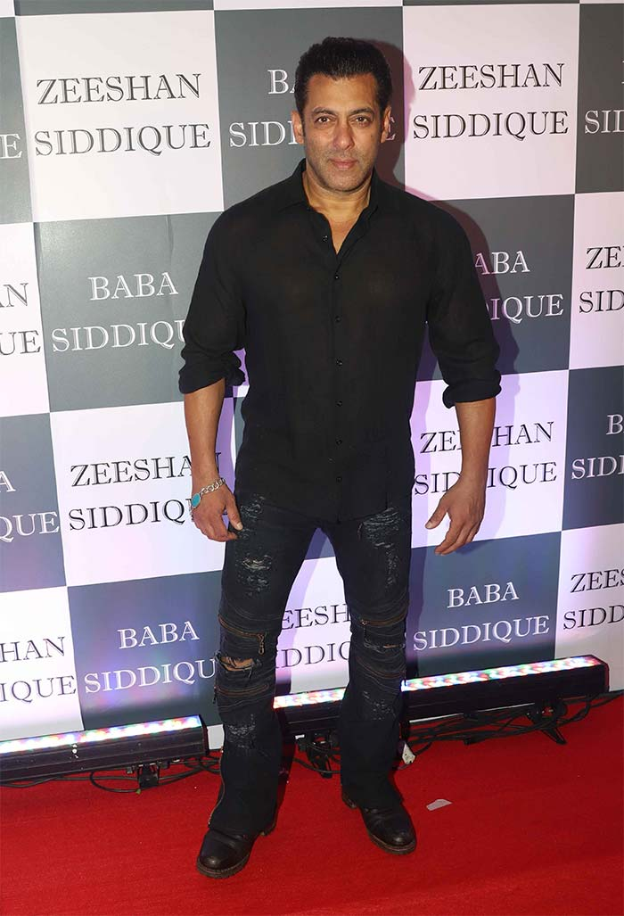 Shah Rukh Meets Salman, Katrina At Baba Siddique\'s Iftaar Party