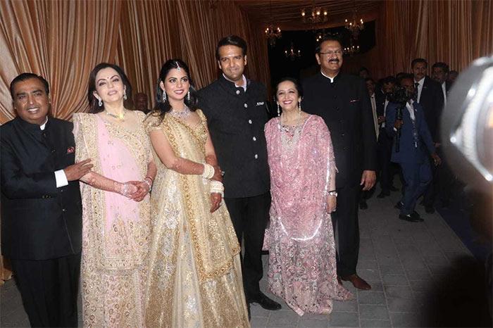 ईशा अंबानी के मुंबई 'वेडिंग रिसेप्शन' में दिखे जितेंद्र, हेमा मालिनी, सनी देओल