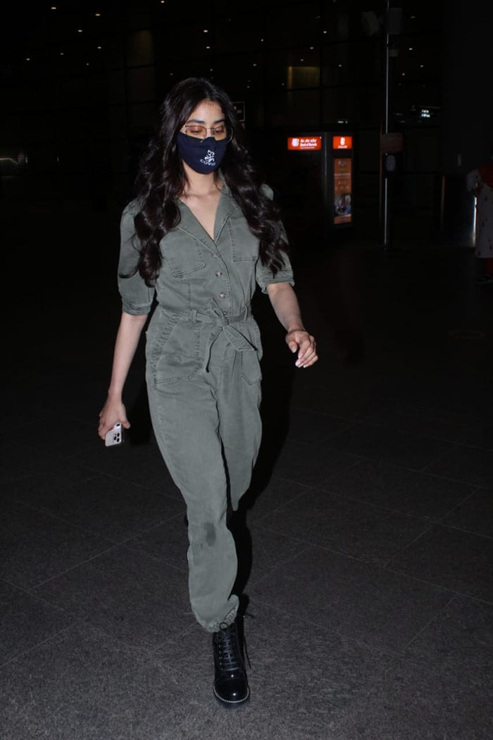 Actress Janhvi Kapoor was spotted at the Mumbai airport on Sunday.