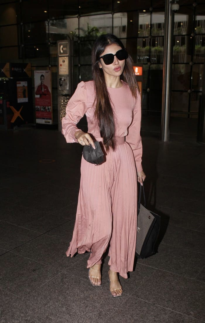 Mouni Roy looked pretty as she posed for the shutterbugs at the airport.