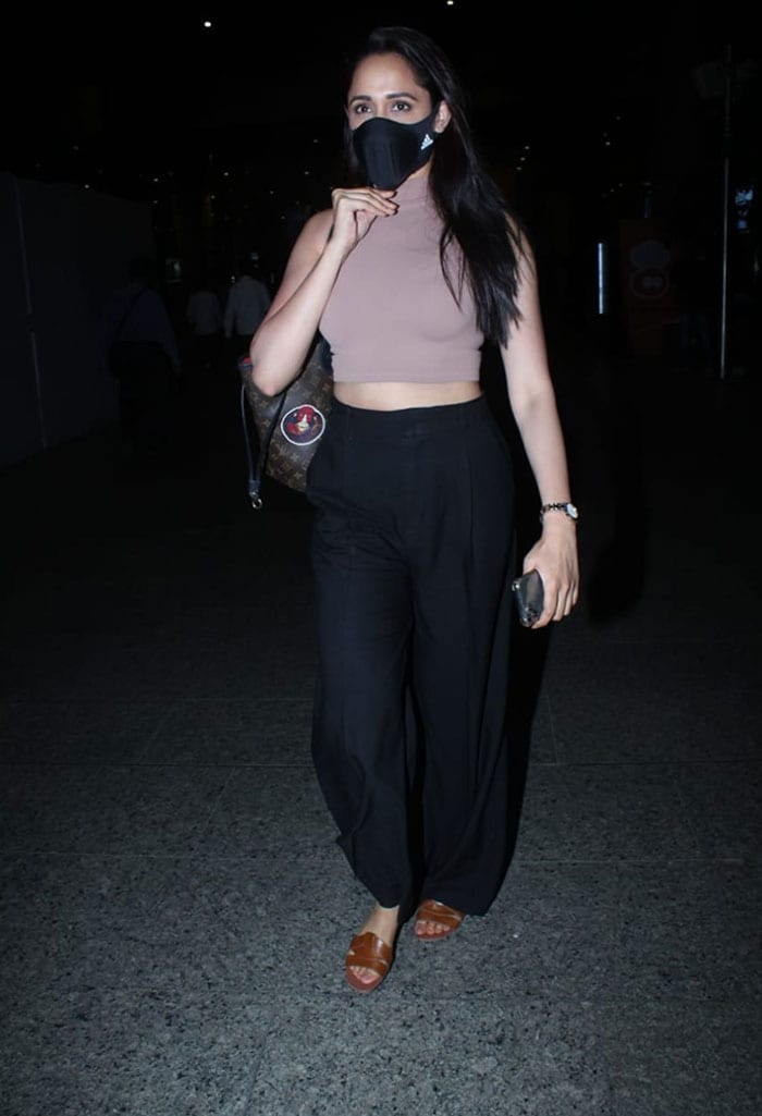 Janhvi Kapoor And Suniel Shetty\'s Uber-Cool Airport Looks Have Our Attention