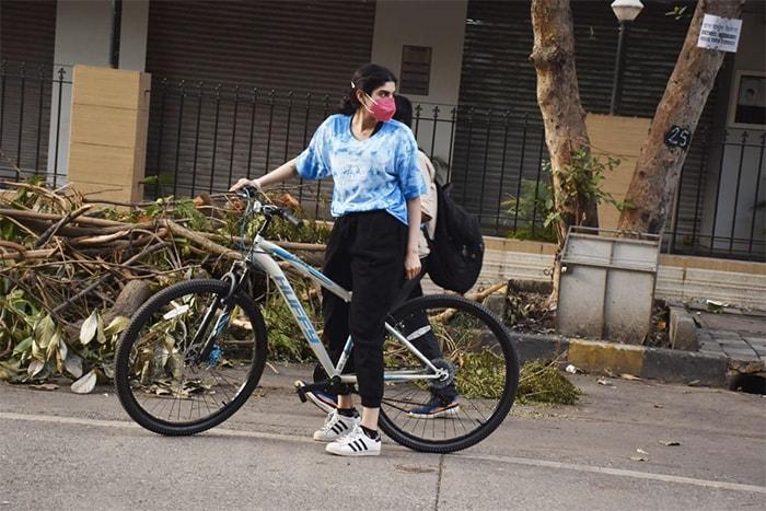 Janhvi And Khushi Kapoor\'s Bicycle Diaries