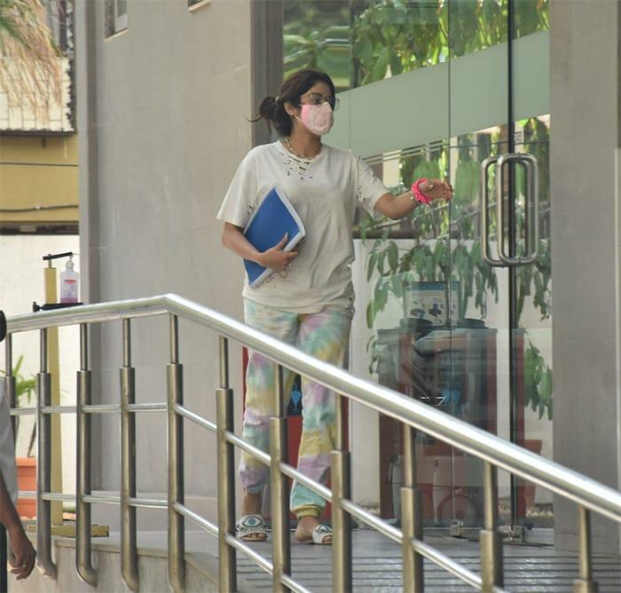 What Kept Janhvi Kapoor, Sunny Leone Busy On Sunday