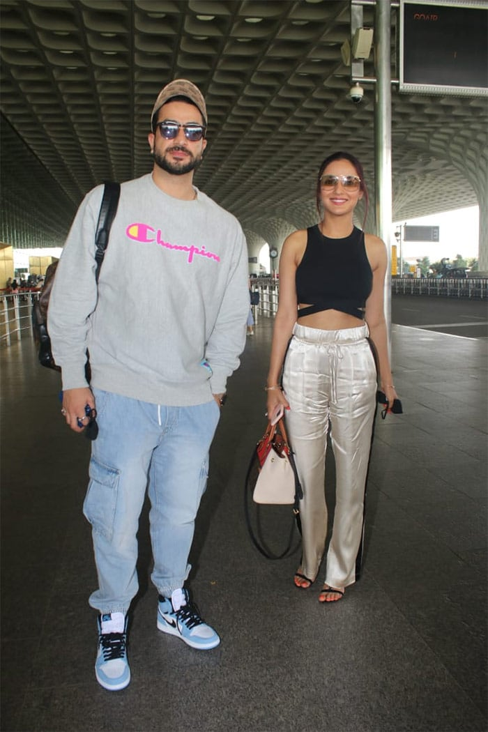 Bigg Boss 14 contestants and love birds Jasmin Bhasin and Aly Goni were on Friday spotted at the Mumbai airport.
