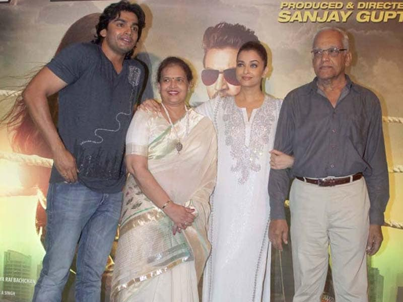 Aishwarya's Kodak Moment With Family at Jazbaa Screening