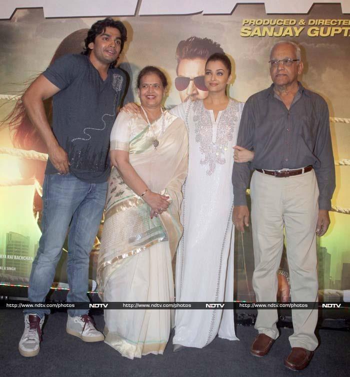 Aishwarya\'s Kodak Moment With Brother, Parents at Jazbaa Screening