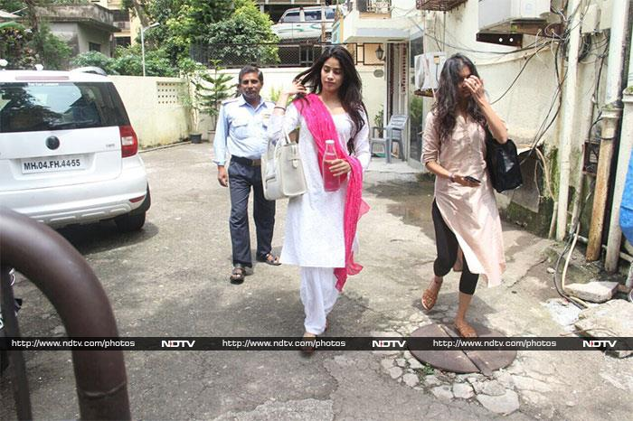 Jhanvi\'s Love For Dupattas Is All Of Us Actually