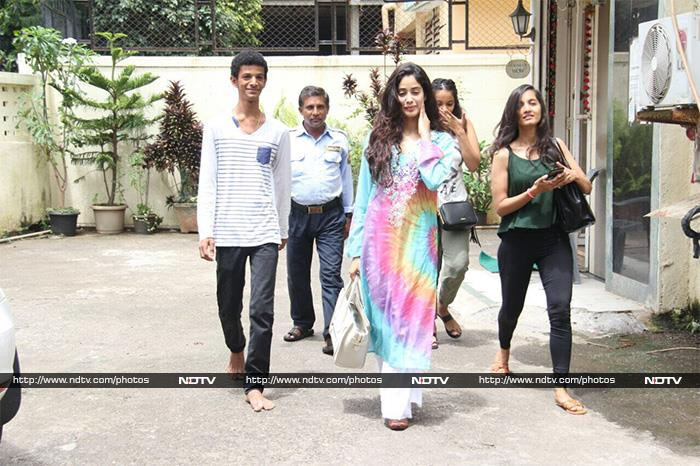 Jhanvi Kapoor, Spotted In A Colourful Mood