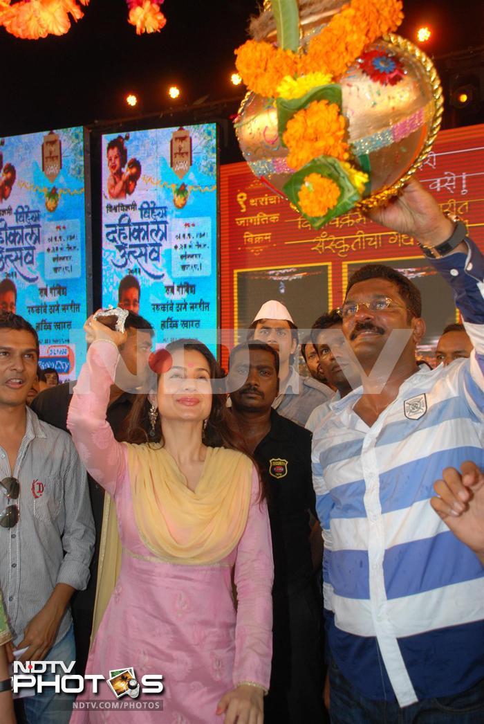 At dahi handi, support for Anna Hazare