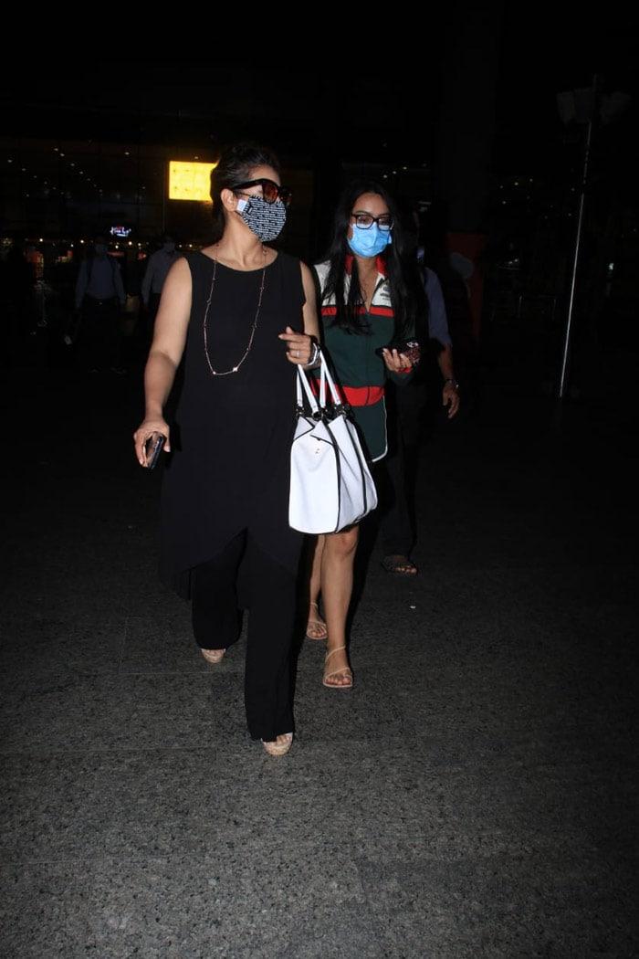 Kajol Pictured Escorting Daughter Nysa At The Mumbai Airport