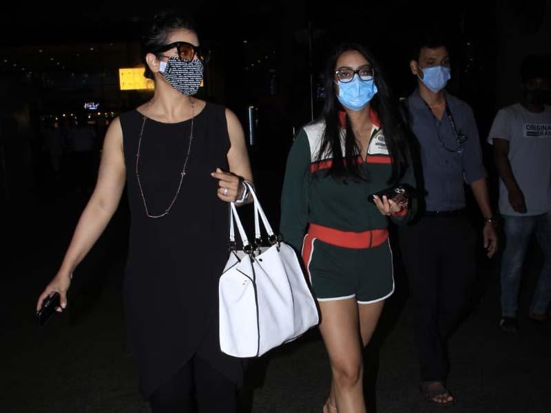 Photo : Kajol Pictured Escorting Daughter Nysa At The Mumbai Airport