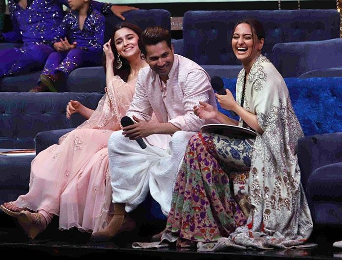 'सुपर डांसर 3' के सेट पर आलिया, वरुण और सोनाक्षी ने की जमकर मस्ती