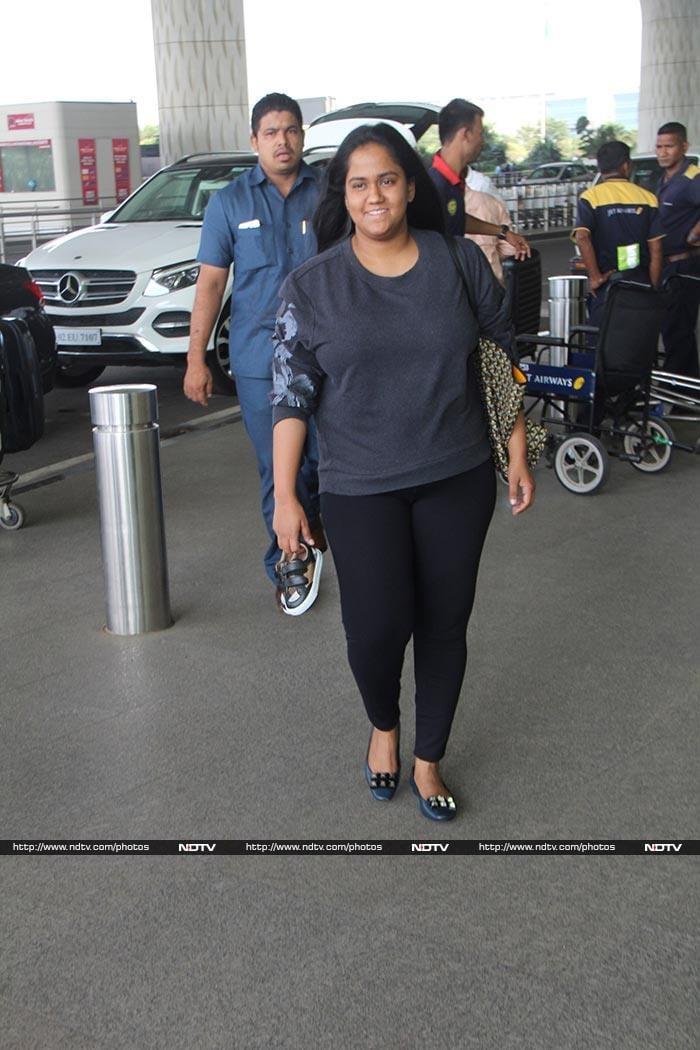 मुंबई एयरपोर्ट पर स्पॉट की गईं कंगना रनौत