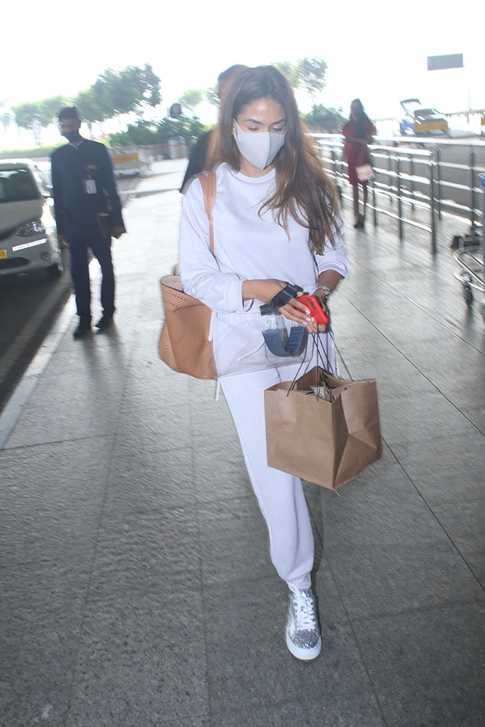 Kanika Kapoor And Rakul Preet Singh\'s Tie-Dye Looks At The Airport
