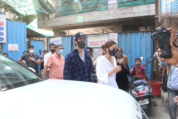 Alia Bhatt, Ranbir And Neetu Kapoor Get A Status Update On Kapoor Bungalow, Currently Under Renovation