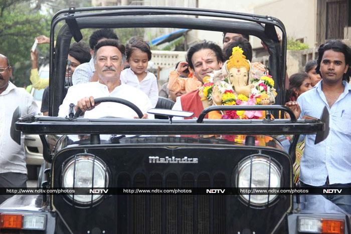 Rishi, Neetu, Dimple\'s Farewell to Bappa With Daughters, Grandchildren