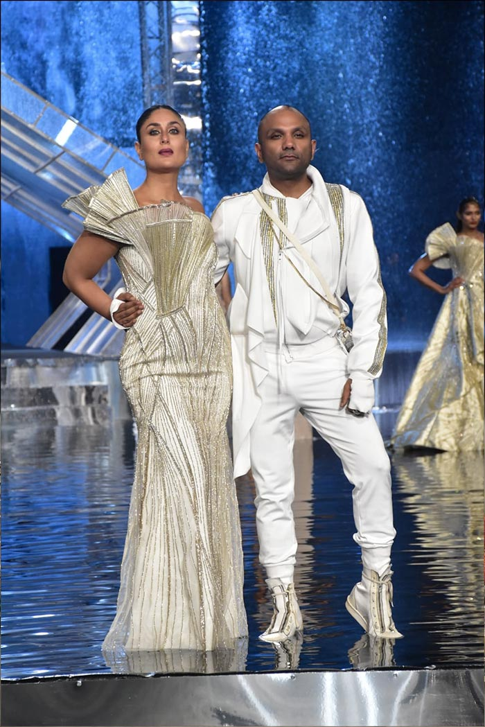 Kareena Kapoor Was Fire And Ice At Lakme Fashion Week Grand Finale