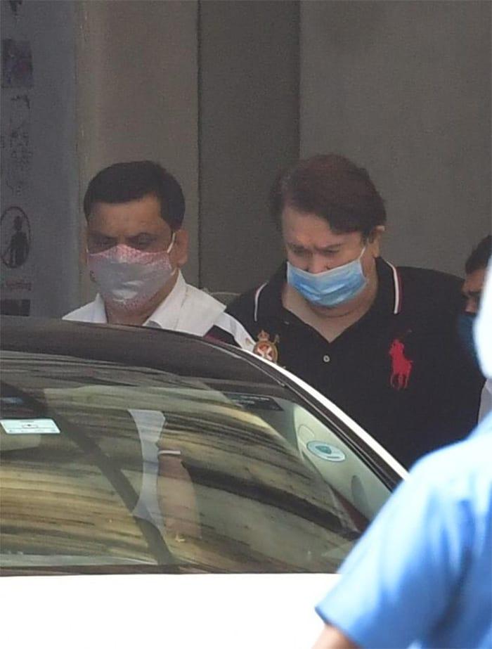 Saif Ali Khan, Son Taimur, Karisma Kapoor And Randhir Kapoor Visit Kareena Kapoor At The Hospital