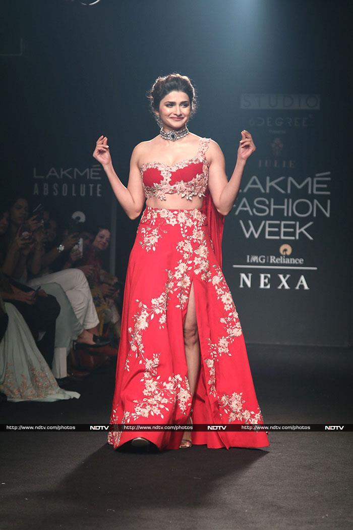 Lakme Fashion Week: करीना कपूर ने रैम्प पर लगाए चार-चांद