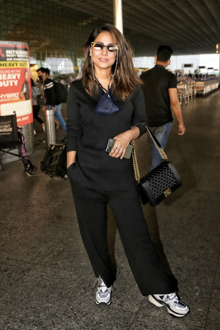 Stunner Hina Khan posed happily for the shutterbugs at the airport.