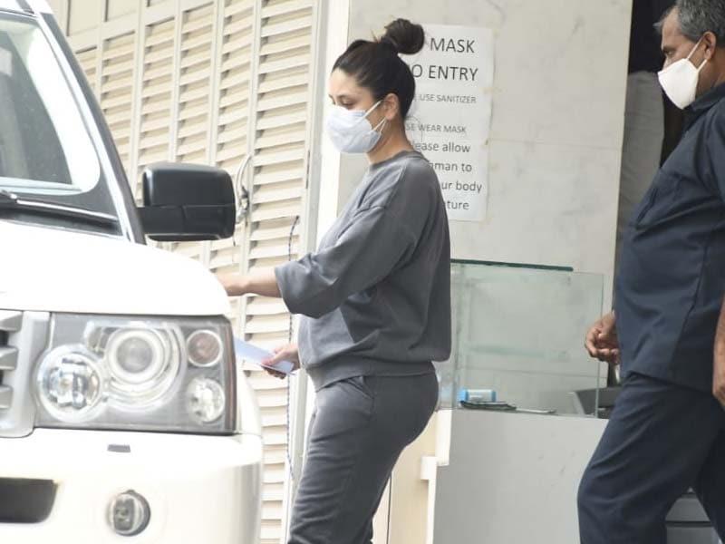 Photo : करीना कपूर क्लिनिक के बाहर की गईं स्पॉट